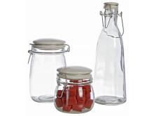 Flaskor i glas för sylt och saft