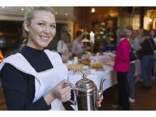 Tina Bengtsson serverar afternoon tea foto Thomas Carlén