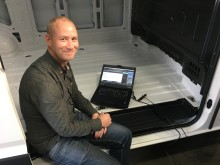 Technical Supporter Kenneth Nyberg i gang med at måle på den nye MAN TGE få minutter efter den rullede ind på pladsen hos MAN i Greve