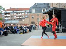 Dansere fra Frikar danset både på fasaden og i skolegården.