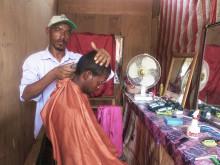 Bakila Enas i sin lille frisørsalon i Basateen