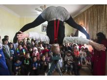 Jenny Soddu gör tricks för syriska barn på flykt