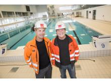 Prosjektleder Ole Espelid og formann Kjell Holgersen fra Veidekke Entreprenør i det nye nasjonalanlegget for svømming og stuping. – Hele anlegget er bygget på lettklinker, forteller de.