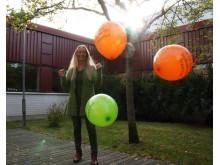 Ywonne Wiklund, hälsoutvecklare i Västerbottens läns landsting med LUFT-ballonger
