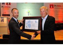 Konsernsjef i Avinor Dag Falk-Petersen mottar Airport Carbon Accredited certificate