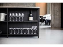 På køkkenøen er transparens og en synlig konstruktion det bærende designmæssige element.