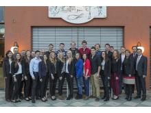 Foto: Die Absolventen aus Regensburg und das Personal- und Ausbildungsteam des Bayernwerks sowie der Siemens AG, die die technische Ausbildung in Regensburg betreuen.