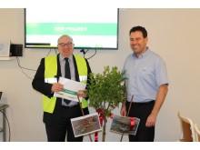 Thierry Lambert fra Saint Gobain (t.v.) og Jesper Schmidt fra Leca Danmark feirer at det store miljøprosjektet SPIR er godkjent.