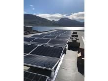Solcelle, sjø og fjell i skjønn forening