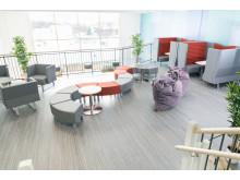 Uppehållsrum med studieplatser och plats för umgänge mellan lektionerna