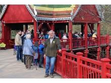 Zoodirektor Jörg Junhold vor dem Elefantentempel