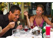 Danskerne elsker det græske køkken – og det bliver nydt i solen på de mange små tavernaer.