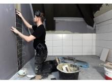 Anders Hillbom jobbar med våtrum på Nordisk Akustik & Klinker