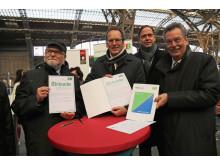 v.l.: Hans-Christian Hagans, Volker Bremer, Tobias Kobe und Dietrich Hagemann mit der unterschriebenen Urkunde zur Verkehrspatenschaft zwischen der Erfurter Bahn und der Stadt Leipzig