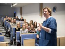 Läkaren Charlotta Lind undervisar ST-studenter i konsten att bemöta den multisjuka patienten.