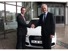 Dr. Peter Ramsauer, Tysklands transportminister, inför premiärturen med Audi A1 e-tron