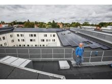 Solcellsinstallation på byggnadens tak ca 600 kvadratmeter, totalt ca 100 kW