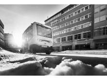 Självkörande buss från Nobina i snö, svartvit