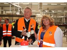 Der Münchner Oberbürgermeister Dieter Reiter und Alexandra Schörghuber mit den beiden ersten in München-Langwied abgefüllten Flaschen Paulaner Bier