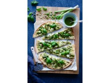 Grön pizza med gröna ärtor hummus 4