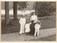 Caroline Lagergren med de tre sönerna i Tyresö slottspark 1902, foto: Nordiska museet