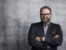 Adam Alsing är programledare för Big Brother Maktspelet i Kanal 11. Foto: Magnus Selander/Kanal 11