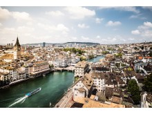 Blick ueber die Stadt Zürich mit der St. Peter Kirche links