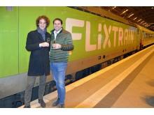 Tom Buchhold (Referat Politik FlixTrain) und Fabian Stenger (Geschäftsführer FlixTrain) freuen sich über die Fahrplan-Erweiterung des FlixTrains - Foto Isabell Gradinger