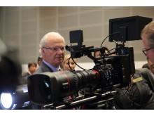 HM Konungen besöker Canon i Japan tittar på 8K Kamera