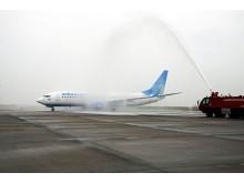Die Boeing 737-800 der Aeroflot-Tochter Pobeda wurde nach der Landung von der Flughafenfeuerwehr feierlich begrüßt