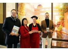 v.l. Volker Bremer, Karin Finger, Juliane Siedler und  Marcus Kahl  präsentieren das Schaufenster der Goethe Chocolaterie Leipzig