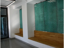 De irrgrønne platene skaper en fin kontrast til de lyse veggene og benkene i eik