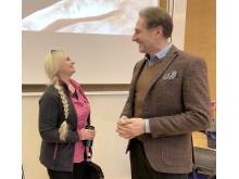 SFI-studenten Ewa Chwedczeck pratar jobb med Michael Royson som är ansvarig för kompetensutveckling på företaget Green landscaping.