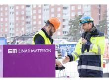 Borgarrådet Jonas Naddebo, C, och Einar Mattssons koncernchef Stefan Ränk vid gjutning i Brf Skulpturparken i Sköndal.