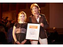 """Kulturminister Lena Adelsohn Liljeroth mottar utnämnelsen """"Hedersmedlem i Barnplantorna"""" vid Nordisk konferens i Göteborg"""
