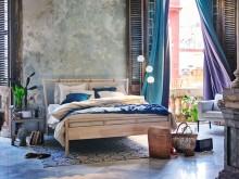 BJÔRKSNÄS sengestel inkl. 2 puder til sengegavl 180x214 cm 2.799.-, HILLEBORG mørklægningsgardiner 145x250 cm 249.-