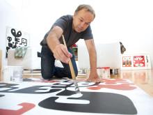 """Lasse Skarbövik ställer ut målningar och textilier i utställningen """"Loading Faces""""."""