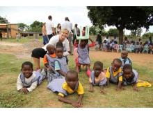 Anneli Silwer och några av barnen på Läkarmissionens barncenter i Mocambique