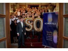 Hoteldirektor Ingo C.Peters (v. l.) mit seinem Team vom Fairmont Hotel Vier Jahreszeiten Hamburg beim Aktionstag zum 50-jährigen AccorHotels -Jubiläum
