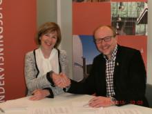 : Adm. direktør Arne Landmark i AS Ingeniør Gunnar M. Backe signerte kontrakten med adm. direktør Rigmor Hansen i Undervisningsbygg.