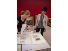 Gjenstandskonservator Inga Vea og museumskonsulent Hilde Fauskerud med tegninger av Hans Gude