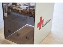 En av Röda Korsets insamlingsbössor på Stockholm Arlanda Airport där Swedavias resenärer och medarbetare kan skänka pengar.