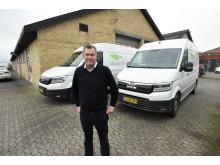 Driftschef Jesper Amsinck foran to af Citylogistiks i alt 11 MAN eTGE'ere. De elektriske varebiler passer fint ind i firmaets grønne profil og er konstant i drift.