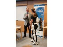 Professor Jörgen Borg med sjukgymnasten Annelie Nilsson med Robotdräkten