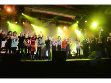 Barnkören Singing stars från Väsby Musikskola sjöng i mellanakten på Väsby melodifestival 2013