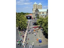 Längs über den Domplatz in Münster zieht sich der längste Picknicktisch der Welt. Insgesamt nahmen bis zum Mittag mindestens 1.600 Gäste daran Platz.