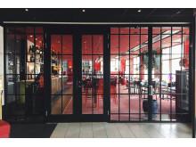Rött och svart ger en livfull och grafisk profil till restaurangen.
