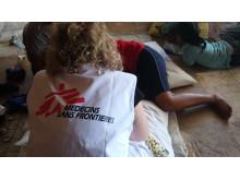 En av Läkare Utan Gränsers medarbetare tar hand om en patient i Nauru.