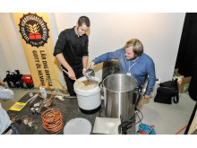 Niklas Johansson och Andreas Häggström  från Svenska hembryggareföreningen brygger öl på mässan.
