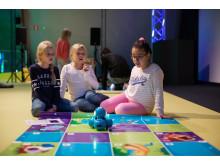 Skolbarn provar robotprogrammering på Tekniska museet